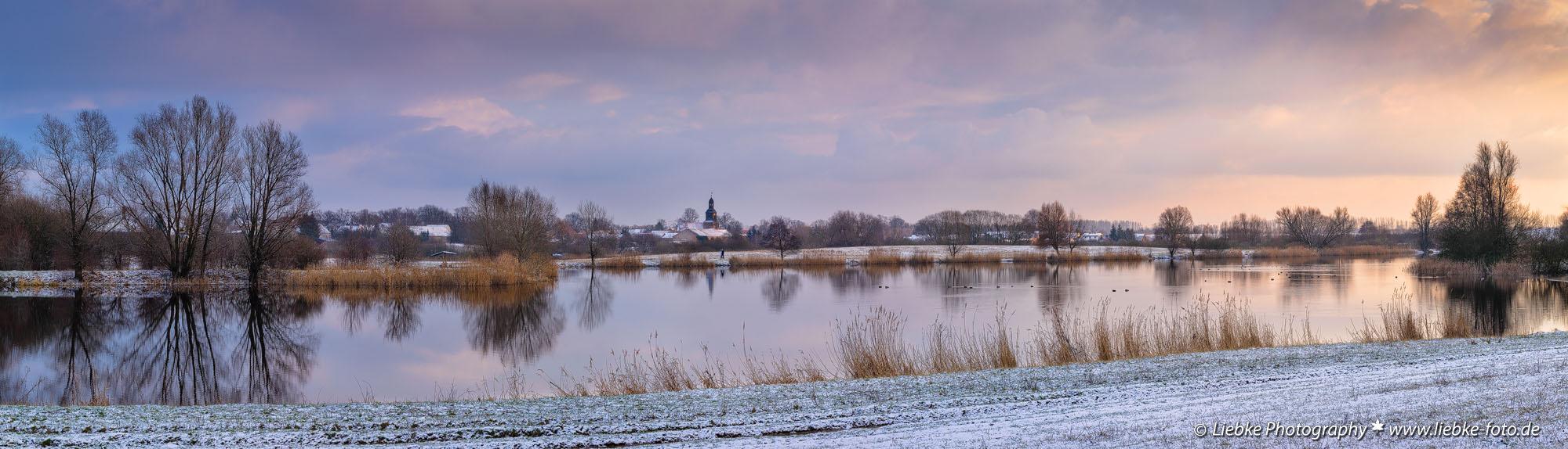 Der Mühlensee mit Blick auf den kleinen hübschen Ort Vehlefanz