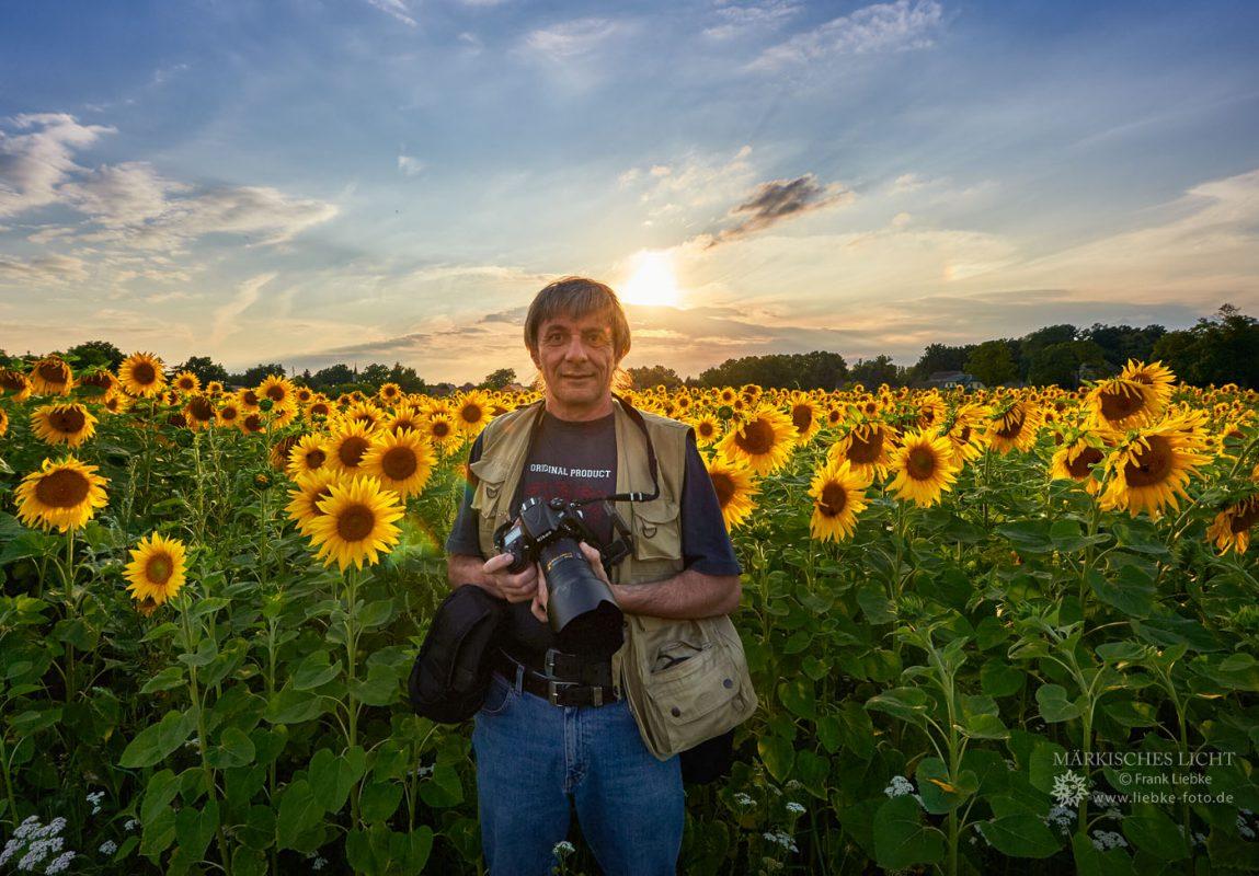 Frank Liebke vor einem Sonnenblumenfeld in Staffelde, Oberhavel
