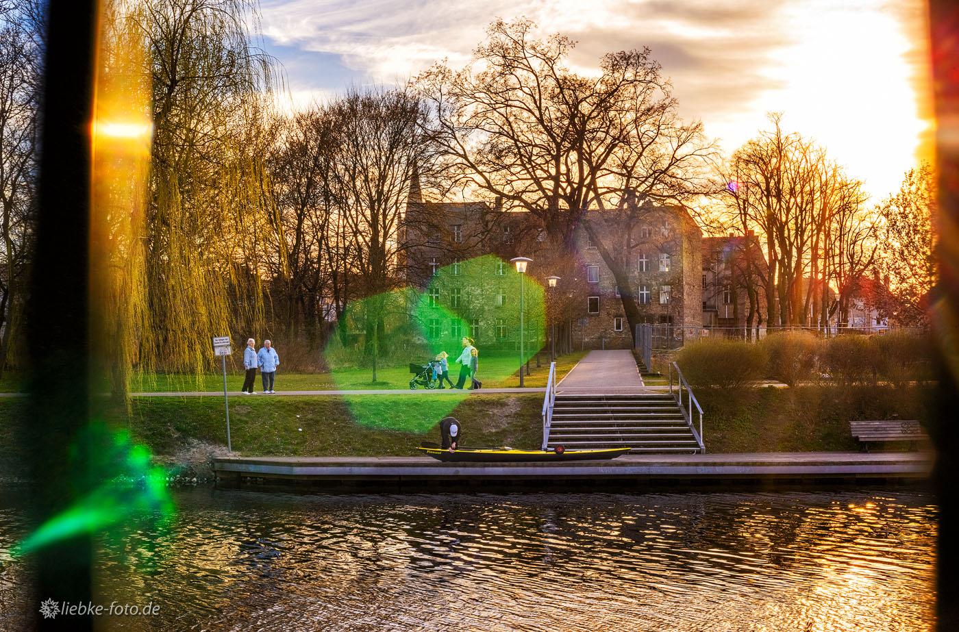 Wasserwanderer und Spaziergänger an der Havel in Oranienburg