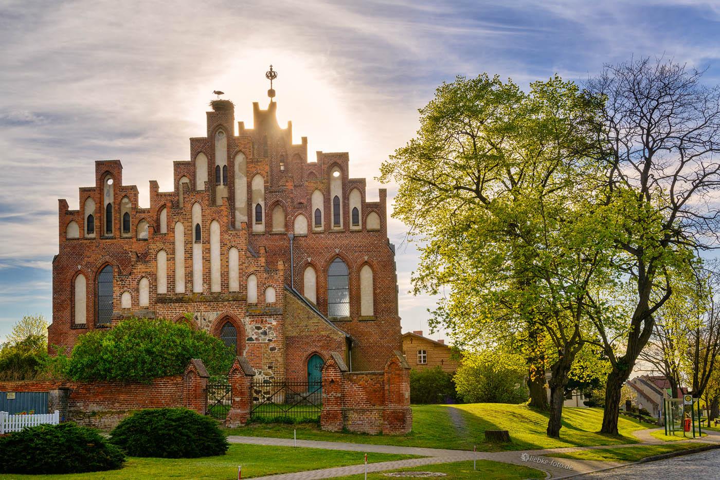 Die Kirche, Wahrzeichen von Linum, unter anderem Sitz der Störche