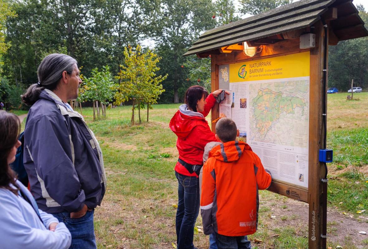 Das Briesetal im Naturpark Barnim - Wegweiser am Parkplatz Briese