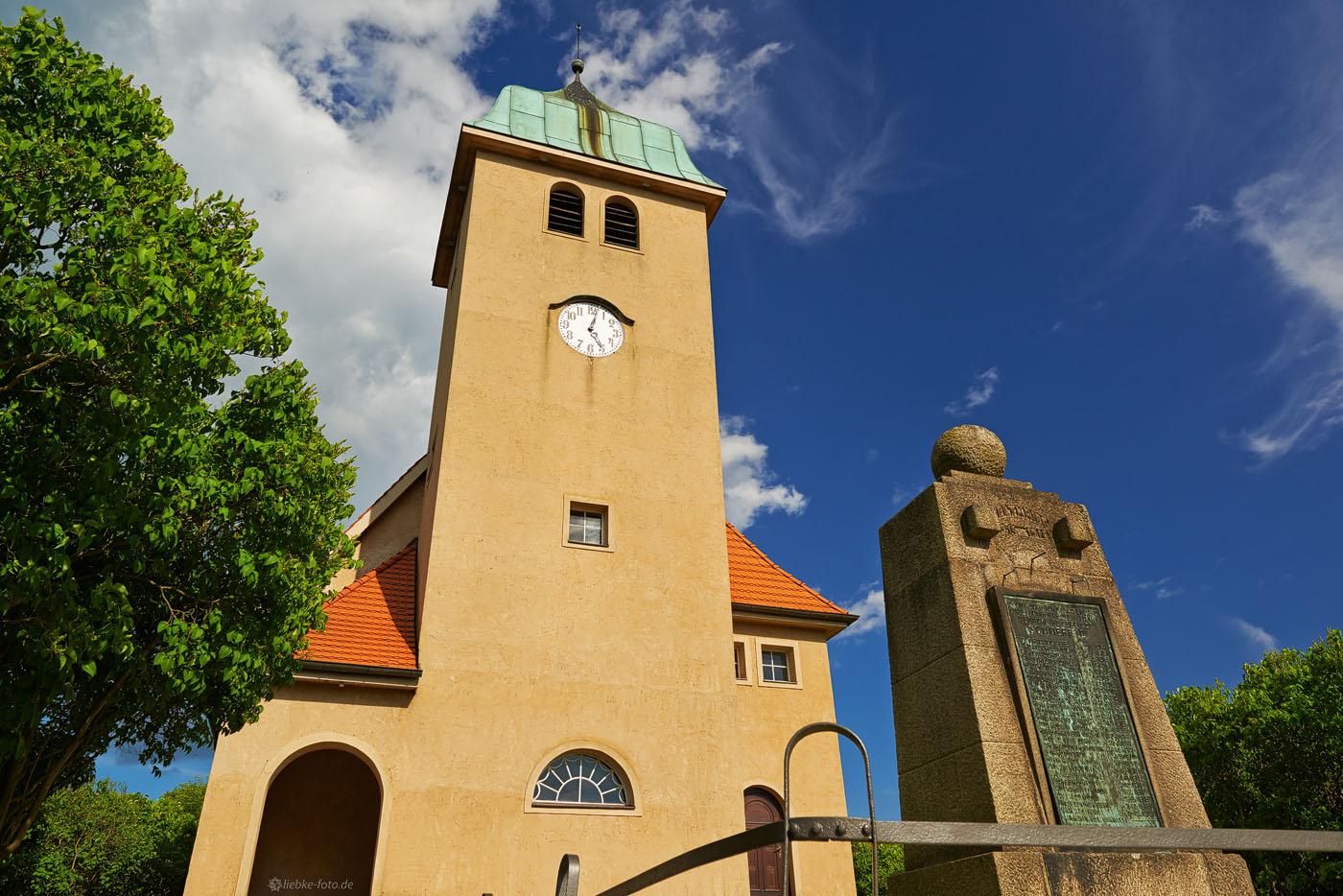 Kirche und Denkmal mit dem märkischen Himmel