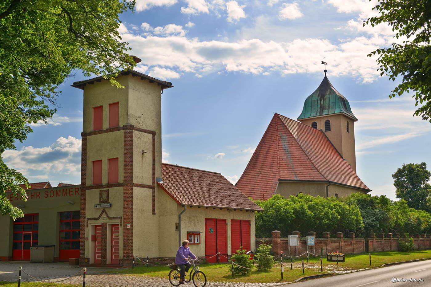 Feuerwehr und Kirche im Dorfzentrum