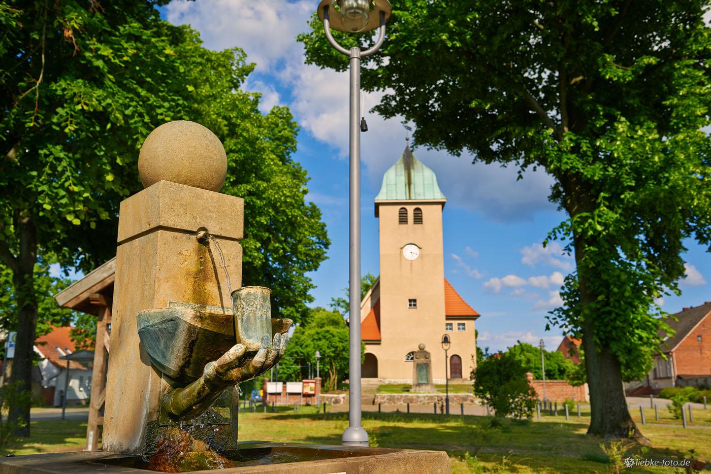 Dorfzentrum Sommerfeld mit Kirche, Kriegerdenkmal und Brunnen