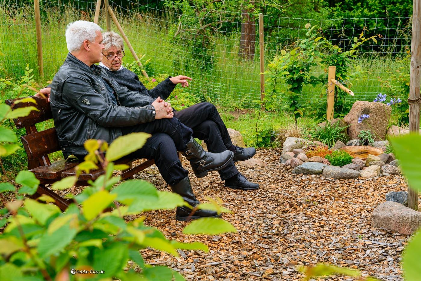 Pastor Ulrich Kasparick und Propst Andreas Haerter im Garten der Stille
