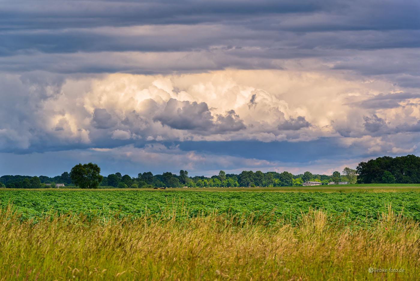 Zehlendorf, OT von Oranienburg, unter Gewitterwolken...