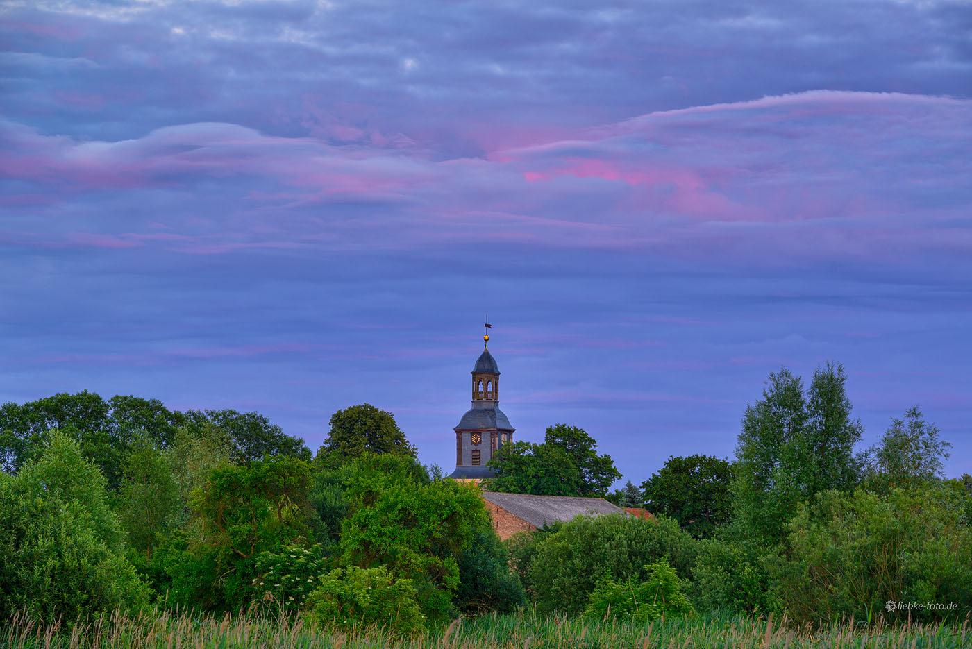 C.D.Friedrich hätte sie gemalt, die Kirche Vehlefanz; die Sonne malt die Wolken