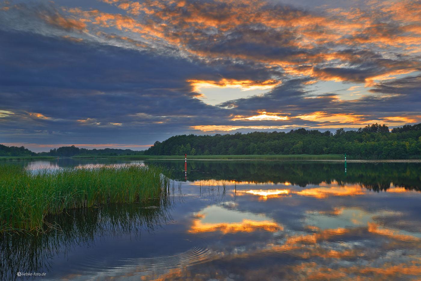Das Nachglühen der Sonne in den Wolken am Kremmener See
