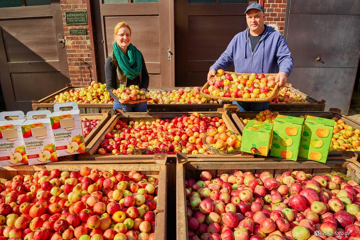 Das Ehepaar Köhler, die frischen Äpfel und der frischgepresste Saft in Transport- und Zapfbehälter
