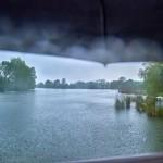 Vorsichtiger Blick unter dem Schirm hervor