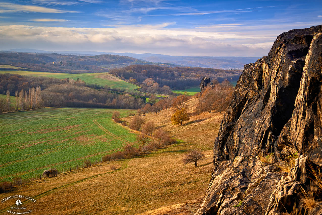 Blick von der Teufelsmauer (Gegensteine) in den Harz, links hinten die Roseburg