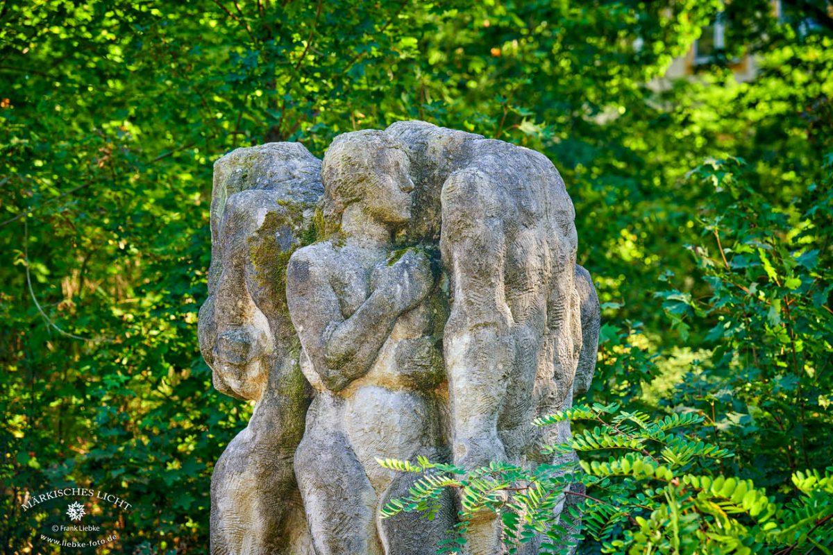 Figurengruppe im Objekt Bogensee, Nikkor Z 70-200/2,8 VR S, 115mm  ISO 100  f 4,0  1/25s