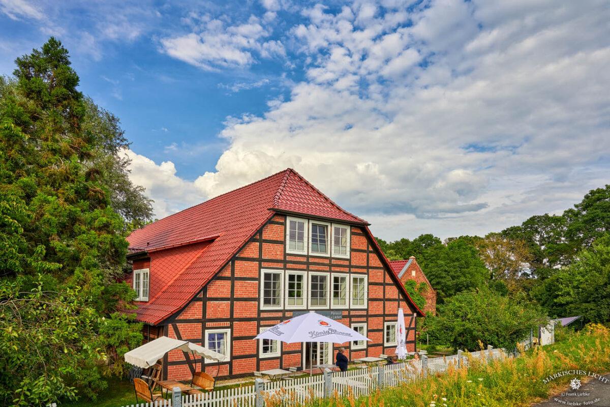 Direkt hinterm Elbedeich und Elberadweg in der Lenzerwische liegt, geduckt und geschützt, das wunderschöne Landhaus Elbeflair