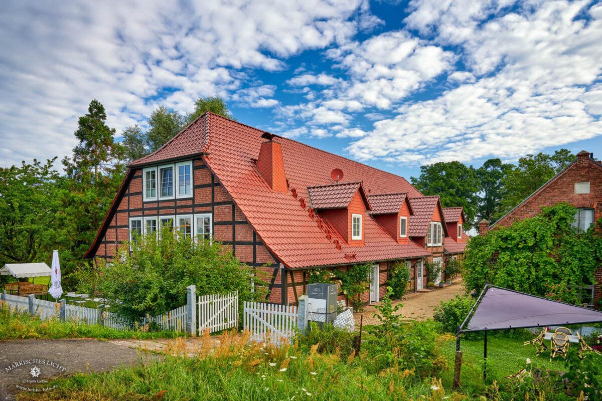 Landhaus Elbeflair in der Lenzerwische, Blick vom Elbedeich zum Landhaus Elbeflair